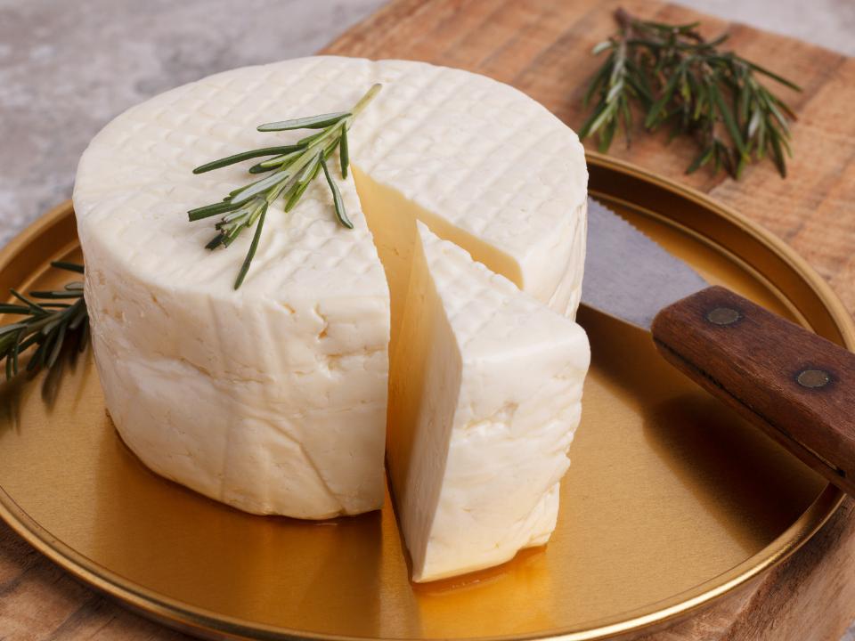 Cientistas investigam a contaminação por bactérias em queijo minas frescal